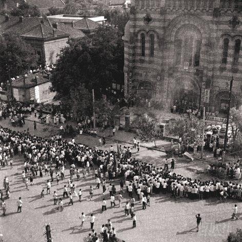 Communist protestors en masse before the Xikai Catholic Church